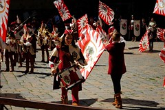 Intensa tamburina (Volterra) - The intense tambourin woman (stella.iloveyou) Tags: volterra volterraad1398 rievocazionimedievali rievocazionistoriche historicalreenactment tamburini