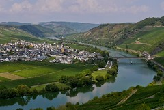 Trittenheim an der Mosel (heinrich_511) Tags: cloudysky snapseed jpeg pasta flammkuchen downbytheriver camping sky color town bridge riesling wine wein steillage boat scurve curved curve restaurant gastronomy tourists clouds reflections 14140mm panasoniczoom mft gx7 panasonic vineyards weinberge vineyard church houses nearbytrier mosella moselle river mosel trittenheim