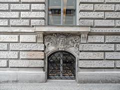 Fensterschmuck (onnola) Tags: berlin mitte deutschland germany dresdnerbank fassade facade fenster window souterrain relief gitter grate sims