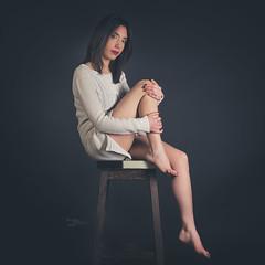 Célia (www.michelconrad.fr) Tags: rouge jaune vert bleu canon eos6d eos 6d ef24105mmf4lisusm 24105mm 24105 femme modele portrait studio noir pose pull jambes tabouret glamour