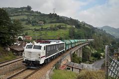 13/IX/2018. Contrastes. (Camineru) Tags: renfe mitsubishi 251 loco electric electrica locomotora freight train tren mercancias pola lena llena asturies asturias