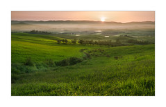 La Valle Dei Sogni (S-Sun) (W.Utsch) Tags: tuscany orcia pienza italia levata sole toscana paesaggio fog brume nebbia controluce sunrise