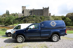 Isle of Skye: Dunvegan Castle (Helgoland01) Tags: schottland scotland uk schloss dunvegancastle skye westernisles car auto toyota hilux
