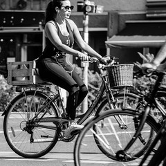 straight ahead (every pixel counts) Tags: 2018 berlin bicycle people capital prenzlauerberg city everypixelcounts blackandwhite street vélo basket square earphones sunglasses woman smartphone mobiledevice 11 berlinalive blackwhite day traffic