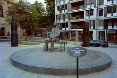 Bertolt Brecht Berlin Mitte 26.8.2018 (rieblinga) Tags: berlin mitte 2682018 bertolt brecht platz figur denkmal analog fuji gsw 690 iii kodak ektar 100