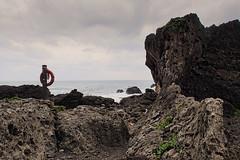 Bouée sur l'île de Sanxiantai (8pl) Tags: sanxiantai île roche rochers bouée taïwan promenade ciel eau mer océan structure