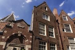 En sortant du Begijnhof, Amsterdam (Olivier Wajsfelner) Tags: amsterdam hollande begijnhof béguinage sony a7rii sony24105 paysbas nederlands