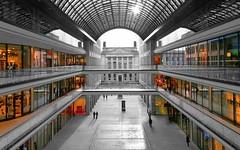 LP12 Mall of Berlin (Jenke-PhotozZ) Tags: berlin berlinstyle symmetrical symmetrie berlin365 shopping mall mallofberlin schwarzweiss visitberlin view architecture architektur perspective shoppingmall bundesrat photo photography canon blackandwhite lp12