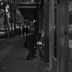 Windowshop (Julio López Saguar) Tags: juliolópezsaguar madrid españa spain ciudad city urban urbano blancoynegro blackandwhite película film madridvidamía madridmylife calle street serrano escaparate windowshop hombre man luz light