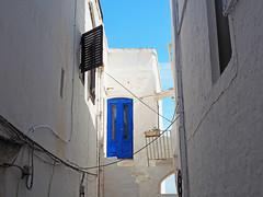 Porta blu - Blue door (Ola55) Tags: ola55 italy puglia ostuni lacittàbianca white blue bianco blu porta finestra case door window houses scale steps italians cavielettrici cables hccity