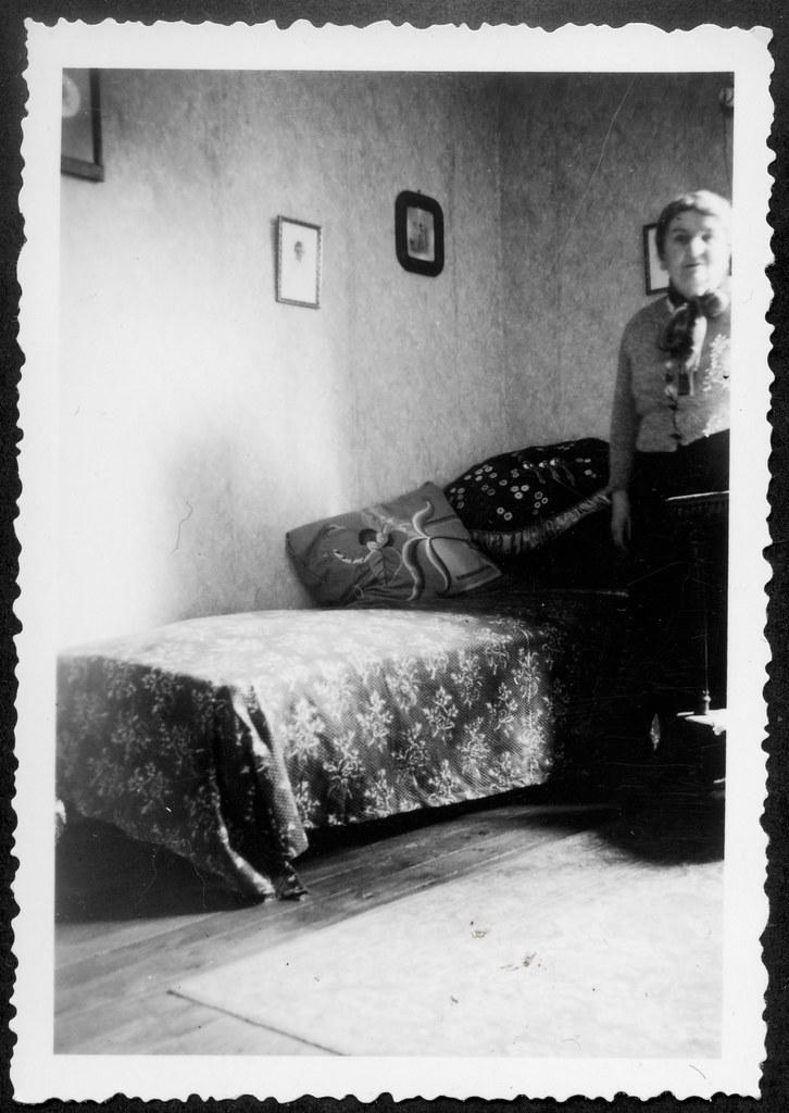 Archiv P930 Salon, 1950er (Hans Michael Tappen) Tags:  Archivhansmichaeltappen Fotorahmen Frau