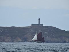 Vieux gréement devant l'île aux moines (chriscrst photo66) Tags: sea mer île aux moines vieux gréement phare nikoncoolpixp900 ciel nuages