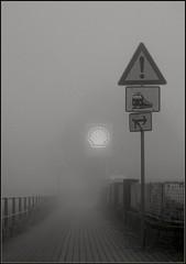 (motorhand2) Tags: motorhand motorhand2 fog nebel dunst shell tankstelle eisenbahn railway zaun schwarzweis matthias geodatensindnochleer