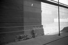 Untitled, 23 (Vygintas R.) Tags: 0106n16 vilnius lietuva lithuania city august 2016 bessar2a cron35 kodaktmax400 iso400 wall ddx ilfotecddx 35mmfilm film bw leicasummicron35mmf20iv nikoncoolscan5000 rangefinder summer street shadow