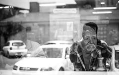 Reflejo en OXXO (Marcos Núñez Núñez) Tags: reflejo reflection vitrina streetphotography streetphotographer fotografíacallejera blancoynegro urban blackandwhite bw oaxaca tuxtepec oxxo