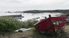 Poétique Bretagne (Mare Crisium) Tags: ocean mer sea bretagne britany cote coast rocks falaise port bateau boat échoué barque red rouge mobihan
