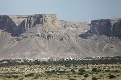 Distant view of Seiyun with mountains (motohakone) Tags: jemen yemen arabia arabien dia slide digitalisiert digitized 1992 westasien westernasia ٱلْيَمَن alyaman