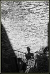 Croisement d'ombre (Napafloma-Photographe) Tags: 2018 architecturebatimentsmonuments aveyron bandw bw bâtiments fr france géographie métiersetpersonnages objetselémentsettextures personnes techniquephoto blackandwhite boutique monochrome napaflomaphotographe noiretblanc noiretblancfrance photoderue photographe province reflet silhouette streetphoto streetphotography belcastel