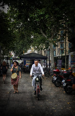 Hombre en bicicleta (jfraile (OFF/ON slowly)) Tags: bicicleta granvia barcelona arboles texturas street calle callejera streetphotography fotografiacallejera jfraile javierfraile iphone8