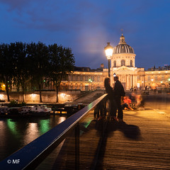 Elle et Lui (MF[FR]) Tags: street photography long exposure samsung nx1 paris france île de institut pont des arts bridge couple pareja amoureux lovers amour love format carré 11 square ciel sky heure bleue blue hour light