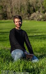 Ritratto ambientato, ragazzo e natura (GemmaTi_phd) Tags: ritratto ragazzo sorriso ambientato postproduzione accovacciato posa allaperto lucenaturale portrait people nature human sunlight spring