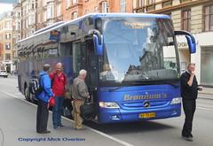 Mercedes Tourismo AP78608 loads while driver smokes (sms88aec) Tags: mercedes tourismo ap78608 loads while driver smokes