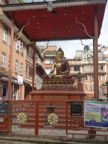 Il y a de nombreuses statues de Bouddha dans les villes