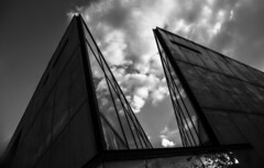 2018-09-07__DSC04417.jpg (Lea Ruiz Donoso) Tags: arquitectura black white blanco negro sony learuizdonoso madrid españa spain cielo sky clouds nube reflection reflejo buildings edificio monochrome
