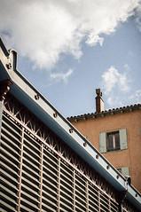 2018-09-07-Halles (nkpl) Tags: millau leshalles halles extérieur exterior outside outdoor bleu blue ciel sky nuage cloud detail détail architecture naturallight lumièrenaturelle façade lignes lines orange