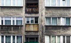 groezelig (roberke) Tags: gebouw building windows ramen vensters balkons balcony verwaarloosd architecture architectuur outdoor buiten reflecties muur facade wall