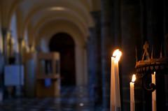 Flamèches (Atreides59) Tags: église eglise church belgique belgium tournai bougie cierge flamme candle histoire history jaune yellow bleu blue pentax k30 k 30 pentaxart atreides atreides59 cedriclafrance lumière lumiere light