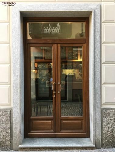 """Vetrina in legno per il Bar """"La caffetteria"""" di Acqui Terme a due ante con sopraluce"""