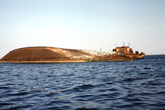 Aden shipwreck 1 (motohakone) Tags: jemen yemen arabia arabien dia slide digitalisiert digitized 1992 westasien westernasia ٱلْيَمَن alyaman kodachrome paperframe
