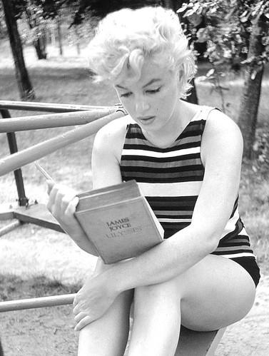 """Marilyn Monroe leyendo """"El Ulises"""", un libro de vanguardia que marcó el siglo XX. Fotografía de Eva Arnold"""
