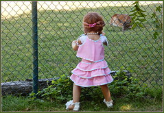 Anne-Moni ... Auge um Auge ... (Kindergartenkinder 2018) Tags: havixbeck burg hülshoff kindergartenkinder annette himstedt dolls annemoni tier reh rotwild gras