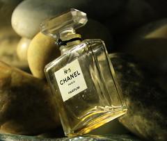 Parfum et galets (domiguichard) Tags: bottle perfume beauté précieux lumière flacon parfum