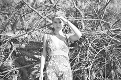 Celia (@phr_photo) Tags: femme monochrome woman sunny beach plage bois arbre tree girl pretty beauty
