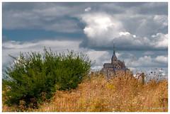 Mont-Saint-Michel 2 (Pascale_seg) Tags: landscape paysage montsaintmichel normandie france saintmichel nuages clouds cloudy nuageux ciel sky gris nature earth monument nikon bn