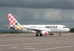 EC-MUY Airbus A319-111 Volotea Airlines (corkspotter / Paul Daly) Tags: ecmuy airbus a319111 a319 2050 l2j 34569a voe v7 volotea airlines 2003 davwf 20180514 geznc ork eick cork