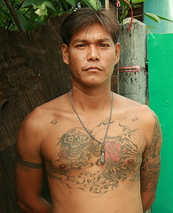 handsome tattooed man (the foreign photographer - ฝรั่งถ่) Tags: handsome tattooed man khlong thanon portraits bangkhen bangkok thailand canon