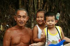 grandpa with neighbor children (the foreign photographer - ฝรั่งถ่) Tags: grandpa grandfather man khlong thanon portraits bangkhen bangkok thailand canon