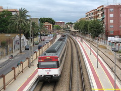 Tren de Cercanías de Renfe (Línea C-1 ó C-2) a su paso por ALFAFAR (Valencia) (fernanchel) Tags: adif benetusser ciudades renfe alfafar spain cercanias rodalies поезд bahnhöfe railway station estacion ferrocarril tren treno train c2 c1