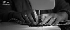 Buenas manos (j.torresgrifol) Tags: manos costura maquinadecoser coser blancoynegro singer hilo aguja machine hands black white