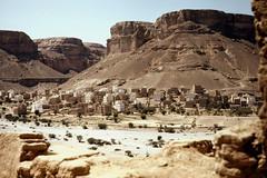 View from the cistern into the Wadi al-Ain 2 (motohakone) Tags: jemen yemen arabia arabien dia slide digitalisiert digitized 1992 westasien westernasia ٱلْيَمَن alyaman kodachrome paperframe