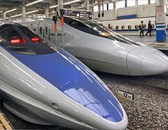 Deux trains à grande vitesse : Shinkansen en gare d'Hiroshima (Japon) (dalbera) Tags: dalbera hiroshima japon gare trainàgrandevitesse shinkansen