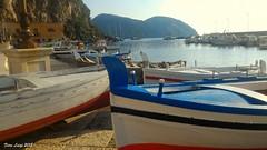 Barche a marina corta (FIORE Luigi) Tags: isoleeolie isola mare sea barche rosso blu sicilia messina italia suditalia monte lipari bianco cielo mediterraneo spiaggia marina