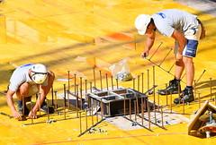 Gut genagelt ist halb gebaut (Sepp Vogel) Tags: schalung neubau armierung bauarbeiter holz eisen beton eisenleger hochbau