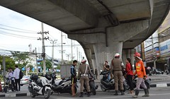 looking for those eight million motorcycle drivers without a license (the foreign photographer - ฝรั่งถ่) Tags: traffic police laksi circle bangkhen bangkok thailand nikon