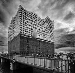 Elbphilharmonie mit Gandhi-Brücke (martin.ostheimer) Tags: elbphilharmonie gandhibrücke hamburg monochrom architektur architecture