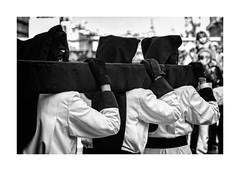 Semana Santa Zaragoza 2018 - Jueves Santo - Cofradía de la Exaltación de la Santa Cruz (vivas12) Tags: nikon d3100 zaragoza semanasanta procesión cofrade tradición mirada gente people fotografiacofrade españa spain saragossa religión cofradía capirote hollyweek cofradíadelaexaltacióndelasantacruz juevessanto semanasanta2018 blancoynegro blackwhite monocromo monochrome blackandwhite byn bn bw